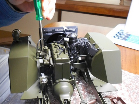 ジープを作る。ラジエーターとエンジンを取り付ける.JPG