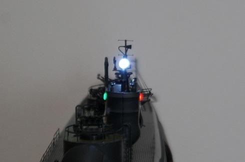 夫が作る伊四〇〇。完成。中央に信号灯。赤いライトは両舷灯(左舷)。緑のライトは両舷灯(右舷).JPG