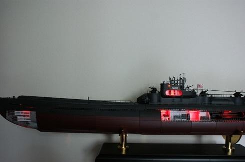 夫が作る伊四〇〇。完成。魚雷発射管室。司令塔内部(上部にある部屋)、通信室、発令所、機械室のライト。赤灯.JPG