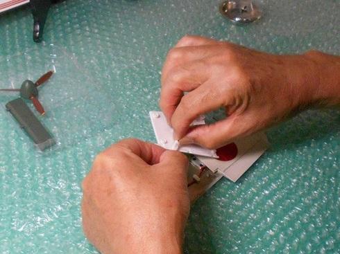 夫が作る模型飛行機「晴嵐」。左主翼の組み立て。コネクターの接続と固定.JPG