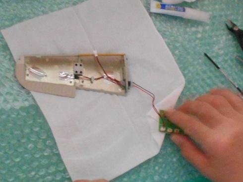 夫が作る模型飛行機「晴嵐」。LEDを取り付ける作業。点灯テスト.JPG