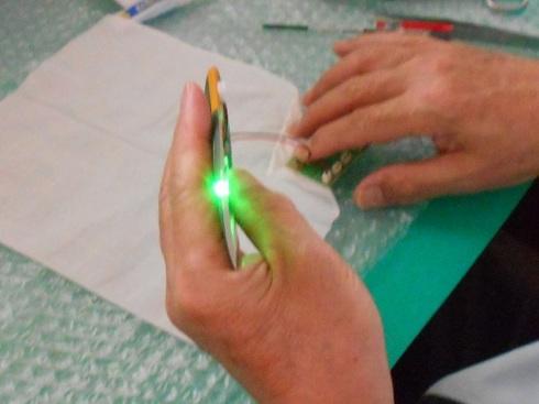 夫が作る模型飛行機「晴嵐」。LEDを取り付ける作業。点いてます。.JPG