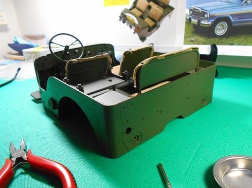 夫が作る模型・ジープ。ステアリングホイールの取り付けとライトの点灯の確認。.JPG