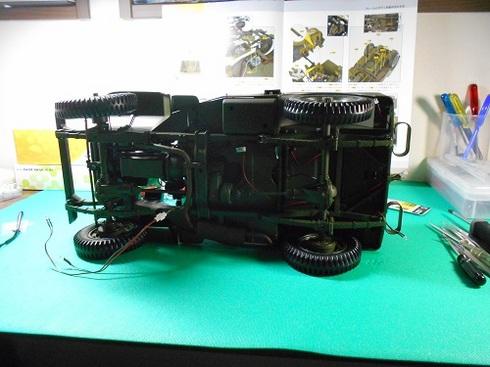 夫が作る手作り模型・ジープ。フレームとボディを組み合わせる作業.JPG