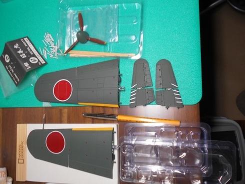 夫が作る模型飛行機「晴嵐」。方向舵の組み立てをしていたようです.JPG