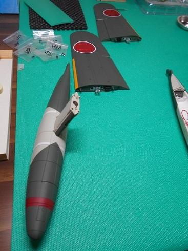 夫が作る模型飛行機「晴嵐」。フロートと翼.JPG