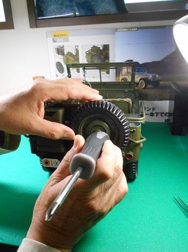 模型・ジープを作る。スペアタイヤと斧とシャベルの取り付け.JPG