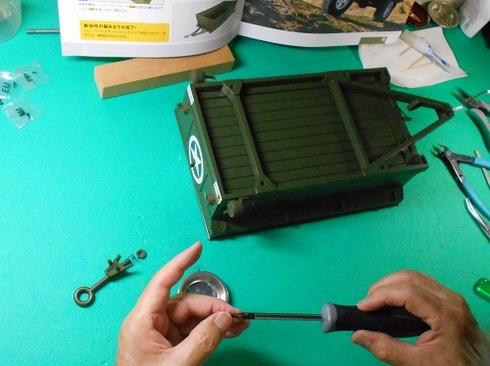 模型・ジープを作る。トレーラーにスタンドとヒッチリングを取り付けるという作業の一部です。.JPG