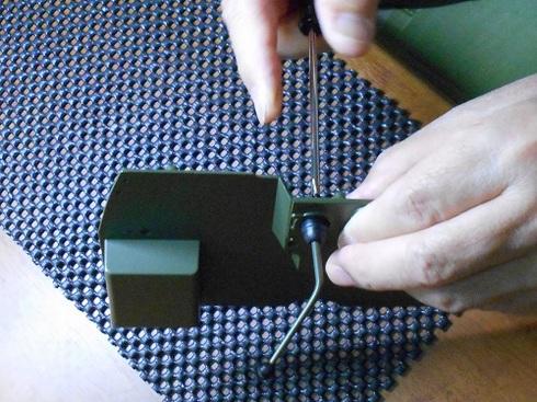 模型、ジープを作る。シフトレバーを取り付け。ネジ.JPG