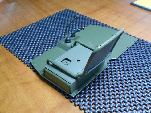 夫が作る模型・ジープ。運転席を組み立てる作業です。.JPG