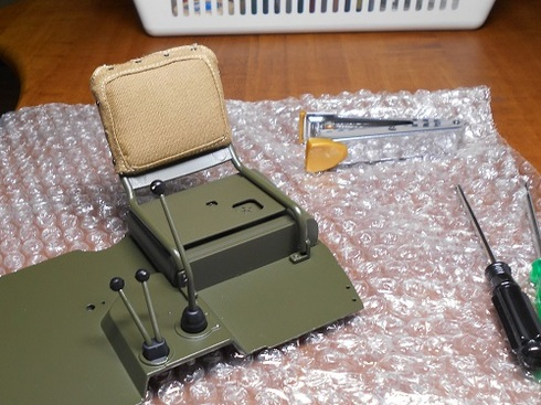 夫が作る模型「ジープ」。運転席に背もたれクッションを取り付けます。.JPG