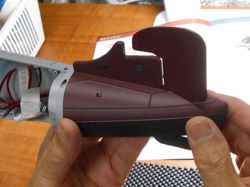 夫が作る伊四〇〇。外殻の取り付けと下部縦舵の取り付け.JPG