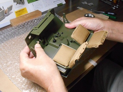夫が作る模型「ジープ」。ブレーキペダルとクラッチペダル.JPG