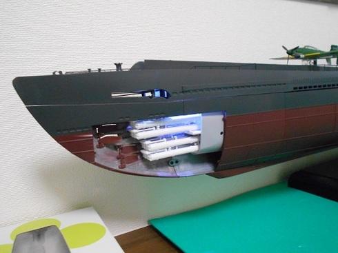 夫が作る伊四〇〇。魚雷発射管室。ライトが点いています.JPG