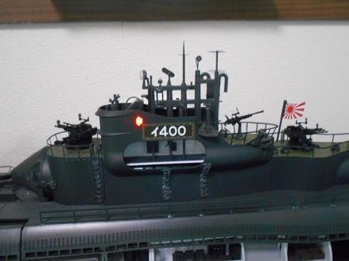 夫が作る伊四〇〇。両舷灯(左舷)のライトが点いています.JPG