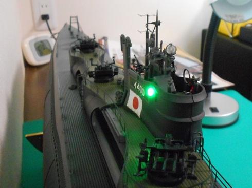 夫が作る伊四〇〇。両舷灯(右舷)のライトが点いています.JPG