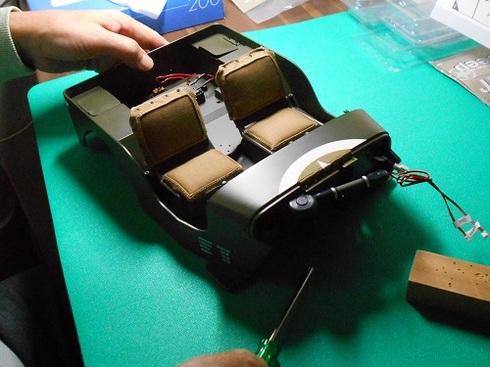 夫が作る模型・ジープ。リアフットレストを取り付ける作業の準備中.JPG