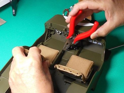 夫が作る模型・ジープ。リアフットレストを取り付ける作業中.JPG