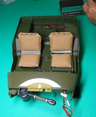 夫が作る模型・ジープ。リアフレームをボディの内側にセットする.JPG
