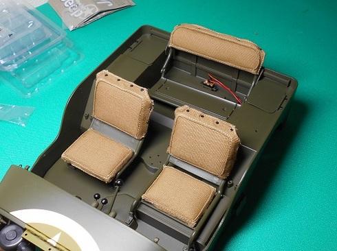 夫が作る模型・ジープ。リアシートの組み立て。背もたれクッションを取り付けました。.JPG